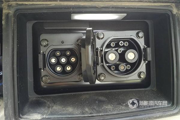 首先打开电动车充电接口(如图所示,左侧为电动车慢充接口,右侧为快充