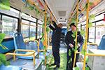 山东青岛:公交夫妇绿色装扮新能源公交 提醒市民绿色出行