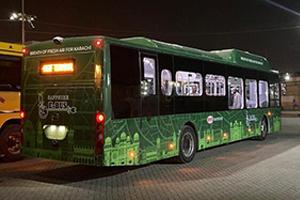 """""""巴铁""""喜迎历史首台纯电动大巴,比亚迪助力绿色交通未来"""